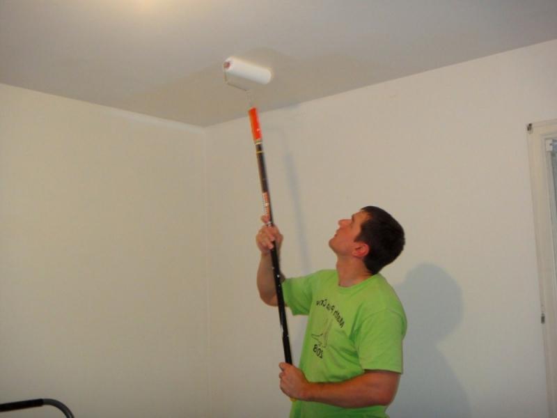 Barvajte strop z vodo barvo na stari barvni video