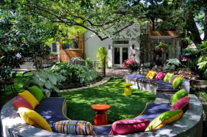 Как обустроить двор частного дома своими руками: фото