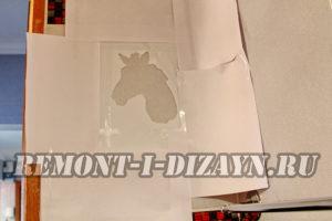Чтобы защитить стены, наклейте вокруг картинки листы бумаги или газеты