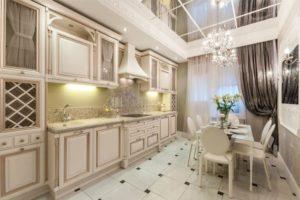 Интерьер кухни в классическом стиле в светлых тонах