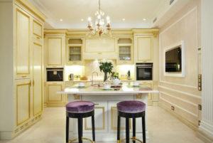 Интерьер кухни в классическом стиле в светлых